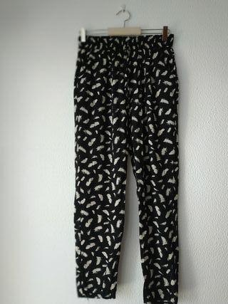 Pantalón largo egro estampado de plumas