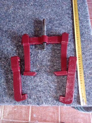 Extractor con cuatro garras