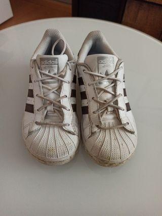 Adidas Superstar y sandalias Chico talla 29