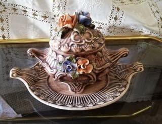 Antigua sopera de cerámica decorativa