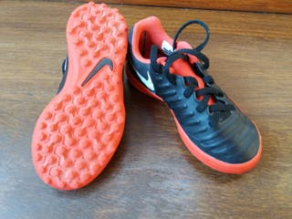 Botines de fútbol niño Nike.