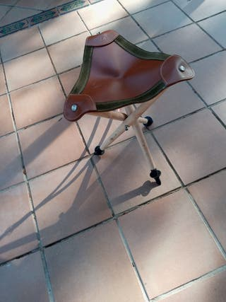 Silla de caza plegable con 3 patas de acero.