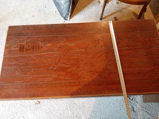 Baúl tallado de madera antiguo