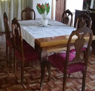 Mesa grande castaño antigua y sillas