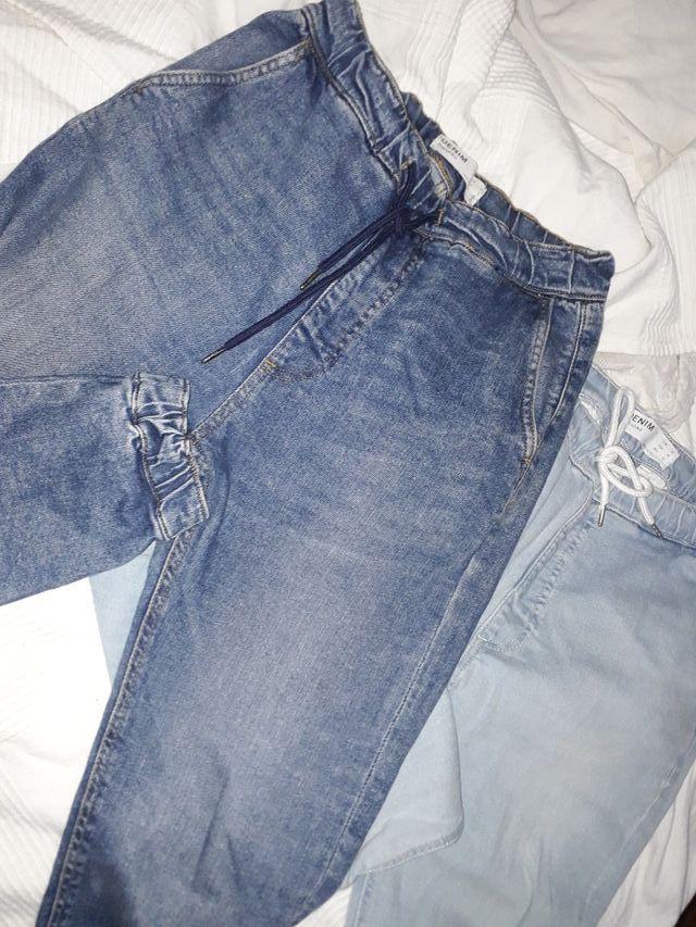 pantalón vaquero ancho y con goma.