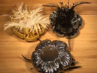 Broche flor con plumas y abalorios