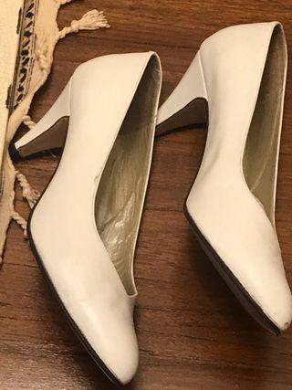 Zapatos blancos nuevos de piel