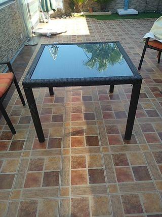 elegante mesa de rafia
