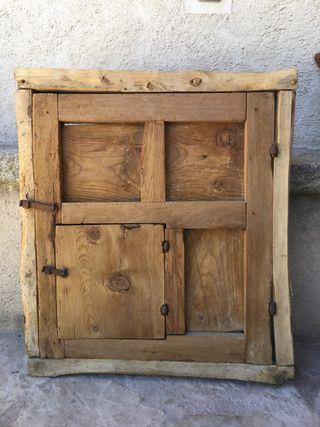 Ventana antigua de madera con ventanuco y herrajes