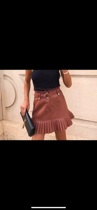 Falda mini efecto piel plisada de Zara