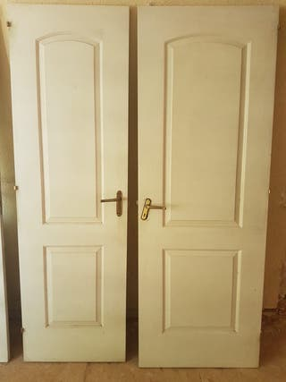 Puertas de madera, con picaportes latón antiguos