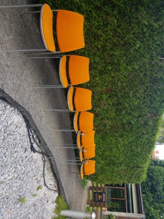 Sillas naranjas de sala
