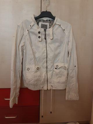 chaqueta 'bomber' blanca