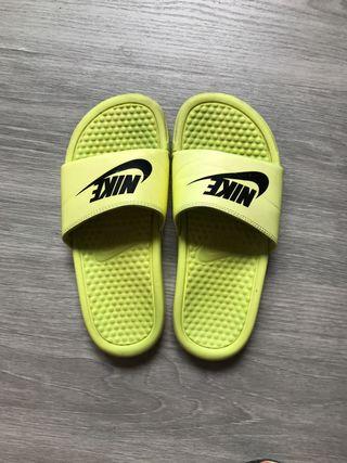 Chanclas Nike flúor