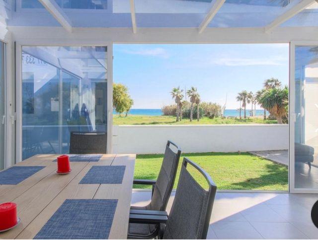 Chalet primera linea de playa con piscina privada (Bel-Air, Málaga)