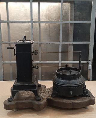 Antiguo asador de forja con mecanismo a cuerda.