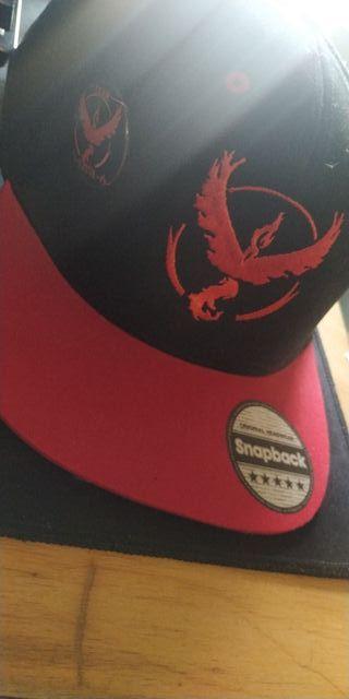 gorra con chapa equipo rojo Pokémon go
