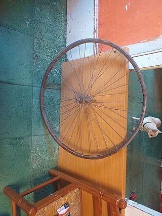 rueda antigua de madera de bicicleta