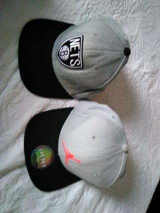 gorra Jordan y Mitchell & Ness (20€ cada una)