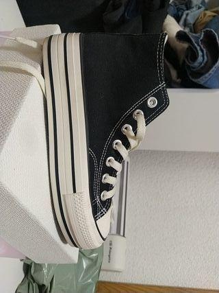 Zapatillas tipo Converse negras con plataforma