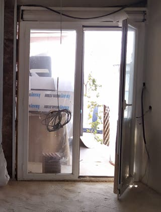 puertas de alumnio con persianas de seguridadmoto