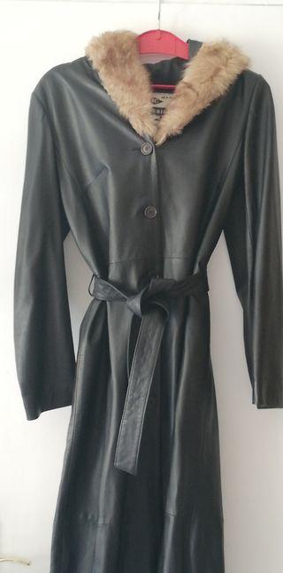 Abrigo de piel con capucha de piel de zorro