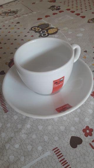 12 tazas y platitos de café grandes.
