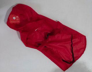 Chubasquero rojo perro