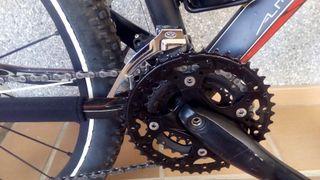 Una bici de montaña doble suspension.