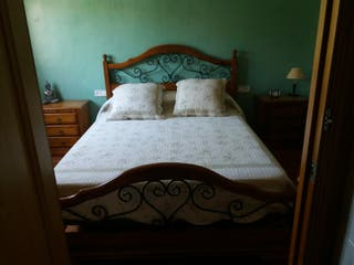cama, mesitas y tocador