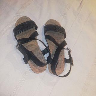sandalias negras mustang