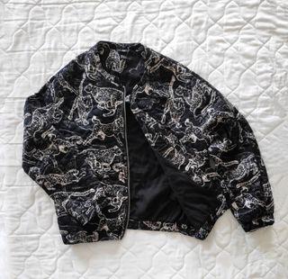 Chaqueta Negra H&M con diseño de leopardos