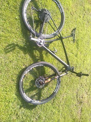 """Bici MTB de carbono 29"""" talla M hecha a piezas"""
