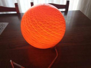 Lámpara mesita naranja de diseño. Nuevo