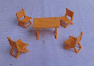 Mesa y sillas de camping de Playmobil.