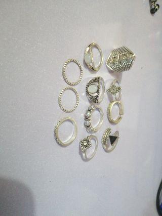 Lote de anillos de bisuteria de distintos tamaños.