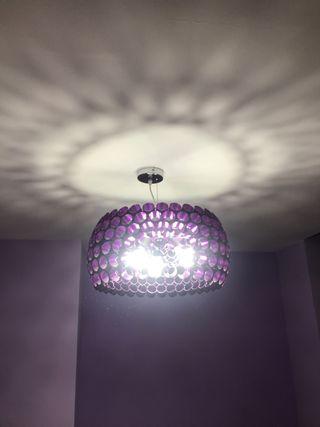 Lámpara de diseño, de tubos de color Lila.