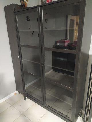 Armario-vitrina negra con puertas de cristal