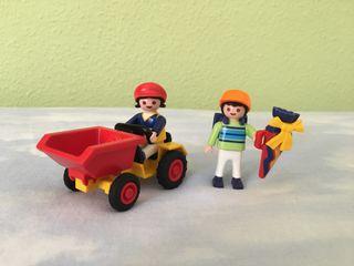 Niña en tractor y niño escolar Playmobil