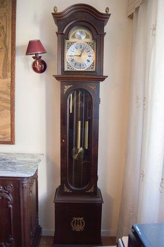Reloj de suelo antiguo