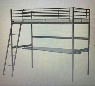 Cama alta Svarta de Ikea con escritorio