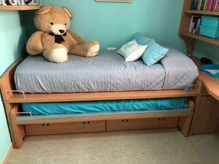 Dormitorio con cama nido, estanterias y escritorio