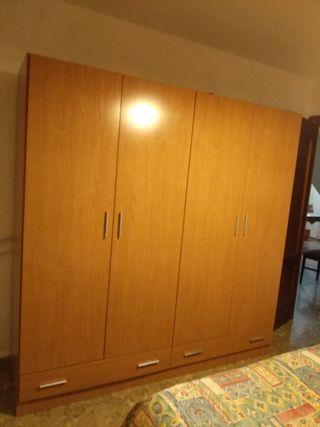 Vendo armario 4 puertas, cómoda cajonera y 2 Mesit