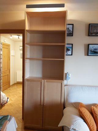 Mueble estantería con puertas.