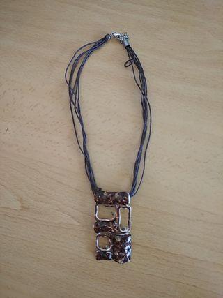 collar marrón