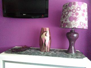 conjunto de cómoda , lámpara grande y tapete