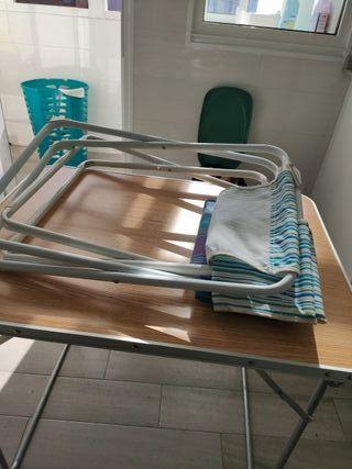 Mesa y dos sillas de camping