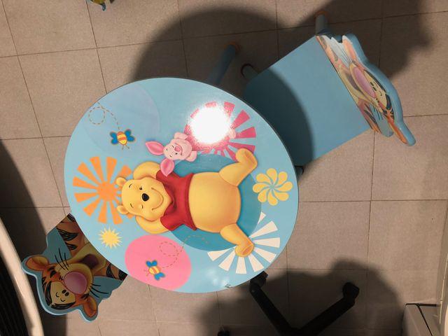 Una mesa y dos sillas para niños