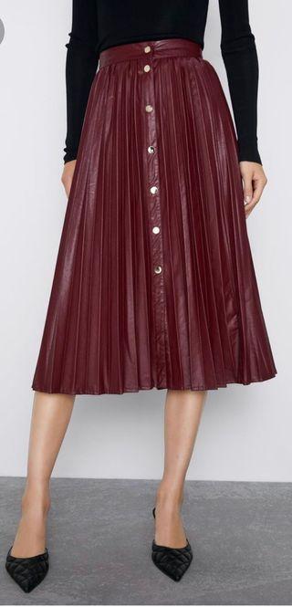 Falda plisada efecto piel negra Zara