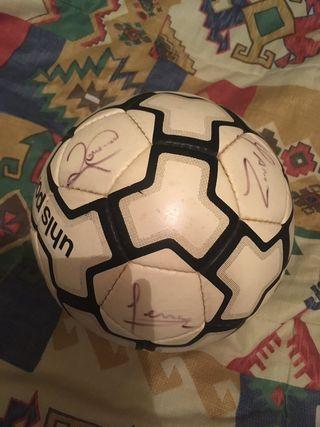 Balón firmado por jugadores Barça